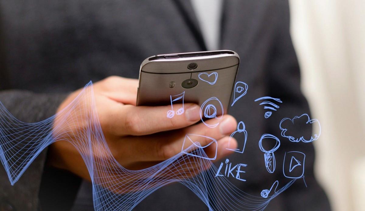 Η φωτογραφία απεικονίζει τις δυνατότητες που έχει μια κινητή συσκευή (κινητό) στις μέρες μας