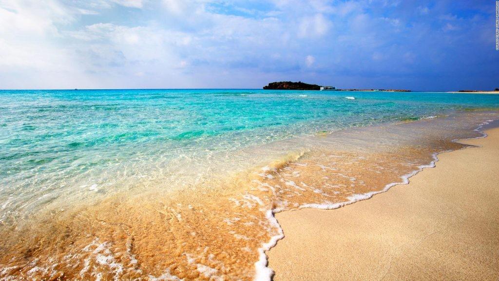 Παραλία στην Αγία Νάπα, καταγάλανα νερά και αμουδιά