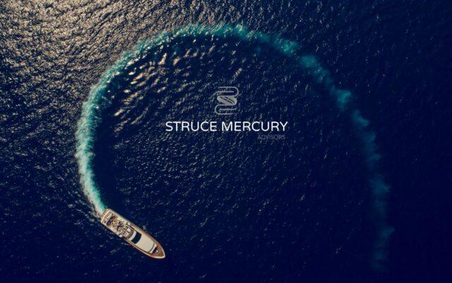 Σκάφος που κάνει αναστροφή και δημιουργείται αφρός στη θάλασσα